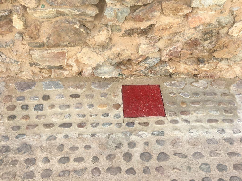 Tapa de registro y suelo similiar al que estaba junto a la Muralla de Fuente del Maestre. Seguimiento Arqueológico